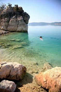 Lac de Serre-Ponçon, Gap : Le lac de Serre-Ponçon est le lac artificiel le plus grand de France, alimenté par la Durance la rivière alpine de l'Ubaye. Sa création dans les années 1960 a englouti un viaduc et plusieurs villages, qui refont surface lorsque le niveau de l'eau est bas.