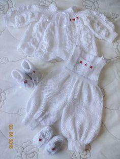 Conjunto em tricô feito a mão. Cor: Branco com fios perolados Tamanho: 0 a 5 meses Peças: - 1 casaquinho - 1 jardineira - 1 par de botinha - 1 par de sapatilha