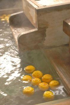 二十四節気の中でも比較的よく知られている「冬至(とうじ)」。12月22日~1月5日頃までを差す言葉で、まさに年末年始の真っ只中です。特に12月22~23日は一年で最も昼間の短い日にあたり、この日に柚子湯に入ると風邪を引かないという風習があります。