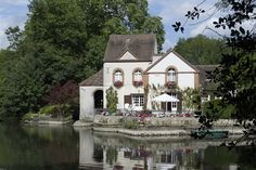 Gorgeous house on the banks of the Loiret Monuments, Loire Valley, France, Le Moulin, Beautiful Buildings, Belle Photo, Exterior, Mansions, Between