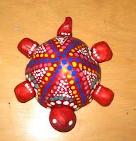 model magic turtles with tempera dots - aboriginal dot animals and Yayoi Kusama inspiration Clay Art Projects, Sculpture Projects, School Art Projects, Clay Sculptures, Aboriginal Art Animals, Aboriginal Dot Painting, Clay Turtle, Kunst Der Aborigines, Crea Fimo