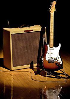 L'incomparable petite copine de Jimi Hendrix, de Joe Strummer, de Ritchie Blackmore, de David Gilmour, de Kurt Cobain... 60 ans et toujours aussi parfaite.... Fender Stratocaster