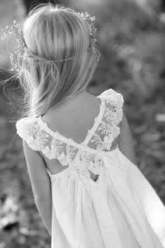 Delicate lace cross-back, so lovely. #kids   #girl #fille #robe #cérémonie #ceremony #mariage #wedding