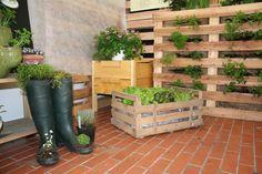 K pěstování lze využít třeba obyčejné dřevěné bedýnky. Stačí je vystlat igelitem, aby neprotékaly. A holínky jakbysmet