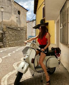 Yes of course I'm happy I'm going for a ride on my Vespa Piaggio Vespa, Lambretta Scooter, Scooter Motorcycle, Vespa Scooters, Vespa Girl, Scooter Girl, Italian Scooter, Chicks On Bikes, Motor Scooters