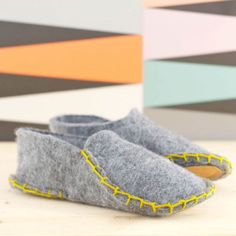 Make these cozy one piece felt slippers in just a few steps. (in German)