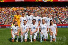 女子サッカーW杯カナダ大会・準決勝、日本対イングランド。試合前の写真撮影に臨むイングランドの選手(2015年7月1日撮影)。(c)AFP/Getty Images/Kevin C. Cox ▼2Jul2015AFP|なでしこジャパンが米国との決勝に進出、W杯連覇に王手 http://www.afpbb.com/articles/-/3053365 #2015_FIFA_Womens_World_Cup #Semifinal_Japan_vs_England