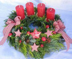 Nice idea for Advent wreath. Christmas Advent Wreath, Christmas Tabletop, Christmas Tree Design, Xmas Wreaths, Christmas Candles, Winter Christmas, Christmas Home, Christmas Crafts, Christmas Decorations