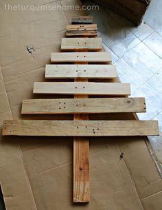 {DIY} Pallet Christmas Tree sooo cute for outside once it's been painted :) I want to do this for the yard