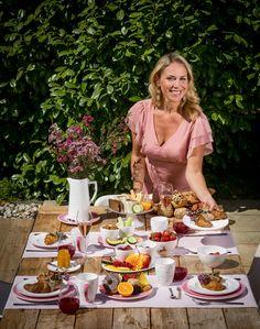 Auf der Suche nach neuen Dekoideen für den Sommer? Kathi Wörndl zeigt euch, wie ihr den perfekten Tisch in den Farbfamilien Blau, Grün und Rosa mit Gmundner Keramik decken könnt!