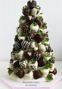 When World Chocolate Day rolls around, we'll be the first in line to celebrate! Get your wedding cake ideas here with these chocolate wedding cakes Strawberry Tree, Croquembouche, Christmas Tree, Christmas Ideas, Christmas Goodies, Chocolate Strawberries, Wedding Strawberries, Friday Morning, Christmas Appetizers