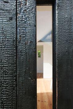 Lauréat catégorie réhabilitations et ou extensions de logements réalisations: Maison en bois brulé, NeM Architectes, MAD architecture, © Thi...