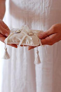 揺れるタッセルがオシャレなリングピロー Ring Pillow Wedding, Wedding Pillows, Ring Pillows, Cushion Ring, Pillow Box, Ring Bearer, Fashion Books, Bridal Boutique, Wedding Rings