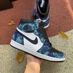 Jordan Shoes Girls, Girls Shoes, Jordan 1 High Og, Jordan New, Jordan Retro, Nike Air Shoes, Air Jordan Sneakers, Nike Socks, Sneakers Nike