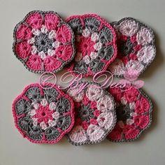 MientjeHaak: Patroon AfricanFlower onderzetters Crochet Hot Pads, Cute Crochet, Beautiful Crochet, Crochet Dollies, Crochet Gifts, Crochet Home, Crochet Cross, Crochet Motif, Crochet Patterns