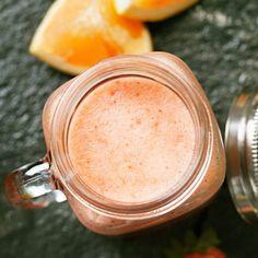 En smakfull och vackert färggrann smoothie med en angenäm beska från grapefrukten. Alla ingredienser mixas samman och på ett kick har du en härligt skummig smoothie! Passar finfint till frukost eller som svalkande mellisdryck en varm dag.