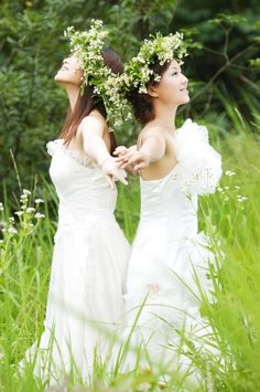 Jādeivė Rasos celebrations, women wear white and spend the day making flower wreaths that are later send to the water of river or lake as sacrifice to Goddess Jādeivė who assures prosperity and good luck in love! <3