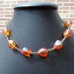5048 : #halsketting van Oranje rode traanvormige glaskralen (15mm)  tussen kleine grijze geslepen kristallen kralenvan 4mm (lengte: 41cm)  15€ - deel van #setje #sieradensetje #sieraden #handgemaaktesieraden