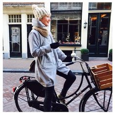 The pretty Rens Kroes also loves our crates! get yours now at www.two-o.com! #renskroes #healthy #bike #crates #fietskrat #amsterdam #fiets
