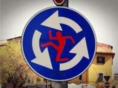 Divertidas intervenciones sobre señales de tráfico.  Clet Abraham es un artista francés que se encarga de realizar intervenciones sobre diversas señalizaciones urbanas.