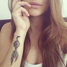 Pequeño tatuaje en el antebrazo de un atrapasueños que nos manda Dani del Corral, cantante de música pop colombiana.