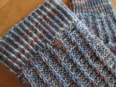 Rikes Schaufenster Rd: 3 re, 1 abheben. – und Rd: 3 li, abgehobene w… - Tuch Stricken Easy Knitting, Knitting Socks, Knitting Needles, Knit Socks, Knitting Wool, Stitch Patterns, Knitting Patterns, Crochet Patterns, Crochet Motifs