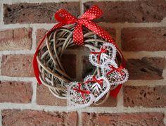 "Képtalálat a következőre: ""bobbin lace Natal / Christmas"" Grapevine Wreath, Burlap Wreath, Types Of Lace, Bobbin Lace Patterns, Lacemaking, 4th Of July Wreath, Quilling, Decoupage, Christmas Wreaths"