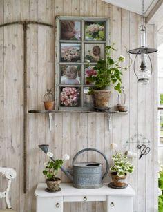Genial Idea! utiliza como marco de fotos  una antigua ventana de madera