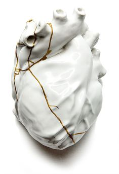 """The kintsugi (金 継 ぎ), or kintsukuroi (金 繕 い), literally """"repairing with gold"""", is a Japanese practice that consists of using gold or liquid silver or lacquer with gold powder for repairing objects in ceramics (generally pottery), using the precious metal to weld together the fragments."""