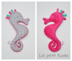 Doudou hippocampe rose, peluche pour enfant ou un coussin de décoration ! Le Petit Koala - disponible tout de suite : Jeux, peluches, doudous par le-petit-koala Softies, Decoration, Etsy, Pocket, Toys, Tejidos, Throw Pillows, Ideas, Knitted Animals