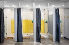 Austin Bouldering Project Brings a Friendly Industrial Climbing Gym to Texas Fitness Design, Gym Design, Design Offices, Modern Offices, Layout Design, Locker Room Shower, Public Shower, Bouldering Gym, Gym Showers