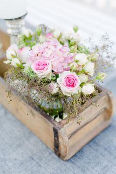 Romantische Blumendeko in der Holzziegelform, Pomponetti #floristik #blumendeko