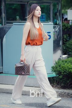 Official Korean Fashion : Korean Accessories and Hairstyles 2017 Celebrity Style Dresses, Celebrity Fashion Outfits, Celebrity Style Casual, Celebrity Style Inspiration, Celebrity Makeup, Fashion Inspiration, Korean Street Fashion, Korean Fashion Winter, Korean Winter