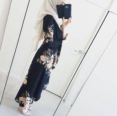 Pinterest @adarkurdish Niqab Fashion, Modesty Fashion, Muslim Fashion, Girl Fashion, Fashion Outfits, Hijab Trends, Hijab Fashionista, Modest Wear, Beautiful Hijab