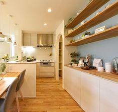 Ryo MaedaさんはInstagramを利用しています:「L型キッチンに背面は造作収納。奥にはパントリー。使い勝手と機能性、デザインが全て詰め込まれたキッチンです。アクセントのブルーがかわいらしさと空間のポイントになっています。…」
