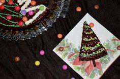 Tannenbaumkuchen. Fluffiger Schokoladenkuchen dekoriert als Tannenbaum. Fluffy chocolate cake decorated as christmas tree.