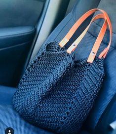 a crochet bag idea for summer - La Grenouille Tricote - crochet pattern Crochet Tote, Crochet Purses, Filet Crochet, Diy Crochet, Hand Crochet, Crochet Shoulder Bags, Tote Pattern, Casual Bags, Crochet Accessories
