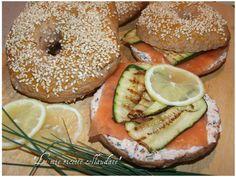Bagel con salmone affumicato,zucchine e crema di ricotta con pomodori secchi