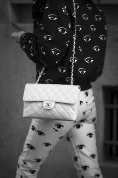 Bold Kenzo prints and a pastel Chanel bag. accessories at Paris Fashion Week Mode Cool, Grunge, Vogue, Punk, Lookbook, White Fashion, Paris Fashion, Coco Chanel, Chanel Bags