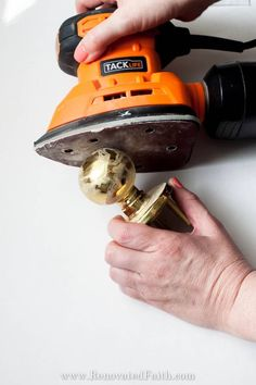 Updating old door hardware makes a huge impact but can be expensive. Instead, spray paint your door knobs with these tips so that last and save you money! Diy Door Knobs, Paint Door Knobs, Bronze Door Knobs, Painting Doorknobs, Front Door Hardware, Barn Door Handles, Front Door Decor, Home Renovation, Best Spray Paint