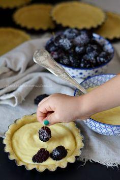 Crostatine Sbrisolone Farro e Avena con Crema pasticcera e More di gelso