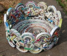 """""""Artesa"""" recicla todo tipo de revistas, las corta a tiras, las enrrolla creando circulos de diferentes tamaños, que después pega uno a uno. Es un proceso muy laborioso. El resultado final lo podéis ver en sus cestos. ¡Son fantásticos!    Vía: greatgreengoods"""