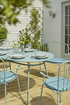 Succombez au charme et à l'élégance du salon de jardin en métal Gloria. Ses lignes épurées et sa couleur pastel ultra tendance apporteront une touche de douceur à votre terrasse.