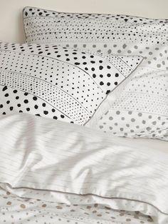 Schicke Kissenhülle »Lara« der Marke Esprit Home. Wer es farblich eher zurückhaltend mag, ist mit diesem Kissenbezug gut beraten. Die Naturtöne vereinen sich hier in Streifen aus unterschiedlich großen Punkten. Das Außenmaterial aus 100% Baumwolle fühlt sich weich an, ist hautfreundlich und pflegeleicht. Dank des praktischen Reißverschlusses lässt sich die Kissenhülle schnell und einfach bezieh...