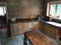 Keuken in gebruikt Steigerhout. Keukens volledig op maat verkrijgbaar in verschillend hout soorten mogelijk.