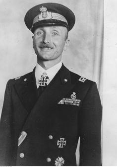 Capitán Carlo Fecia di Cossato tras ser condecorado con la Cruz de Caballero por el Almirante Dönitz.