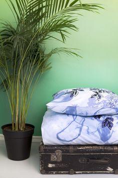 <p>Päivänsäde-pussilakanoiden kuosi on Vallilan suunnittelija Riina Kuikan suunnittelema. Herkän unenomaisessa kuosissa yhdistyy yksityiskohtaiset kukka-asetelmat sekä kauempaa horisontissa kuvatut korkeat puut. Kuosin vaihtelevuu