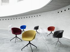The idea behind the ABOUT A CHAIR (AAC) Collection has been to develop a chair with conspicuous simplicity. A chair which works just as well around the dining table as around a conference table, in a canteen or at the office. The ambition of designer Hee Hay Chair, Swivel Chair, Desk Chair, Ästhetisches Design, Interior Design, Conference Chairs, Style Retro, Le Chef, Office Spaces