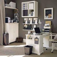 Otra forma de organizar la oficina, el color de las paredes con muebles blancos lindo