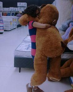 Mas ele é tão fofinhoooo #Urso #abraço #cacheada #garota